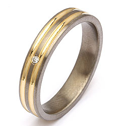 Trouwring in titanium en goud 0,025 ct