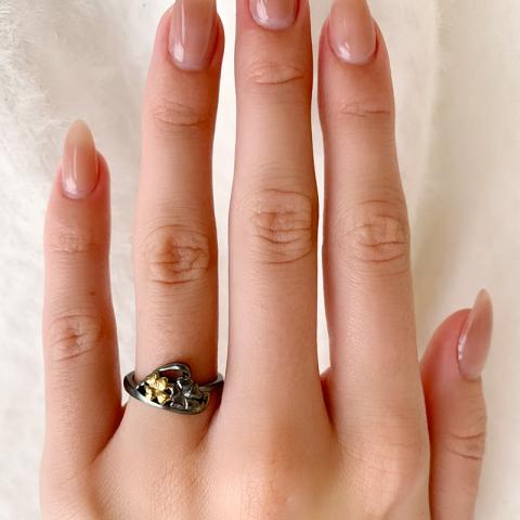 Bloem ring in zwart gerhodineerd zilver met verguld sterlingzilver