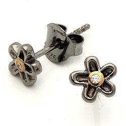 Klein bloem oorsteker in zwart gerhodineerd zilver met verguld sterlingzilver