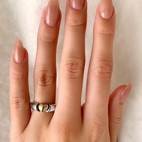 Mooi hart ring in geoxideerd sterlingzilver met 8 karaat goud