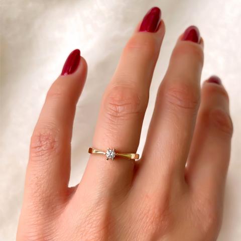 0,10 ct solitaire ring in 14 karaat goud
